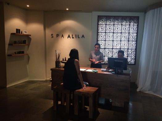 Istri sedang tanya-tanya berbagai macam layanan perawatan di Hotel Alila Jakarta.